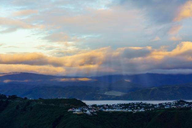Uno splendido scenario dal belvedere del monte victoria al tramonto a wellington, capitale della nuova zelanda, isola del nord della nuova zelanda