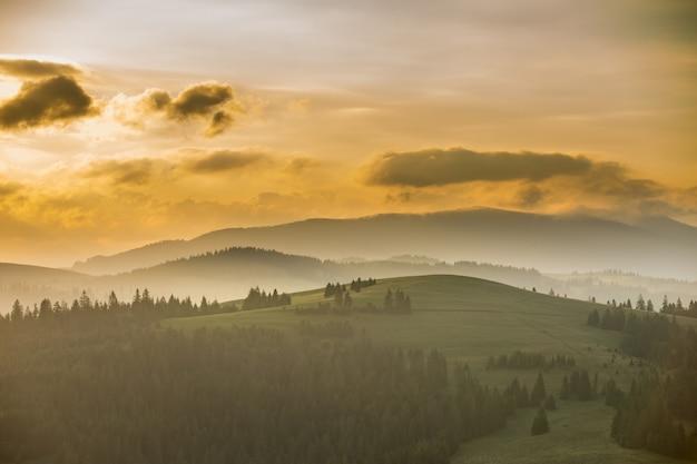 Splendido scenario della catena montuosa all'alba