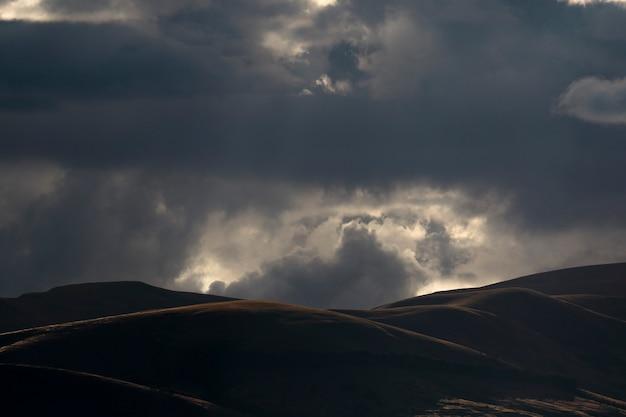 Splendido scenario del paesaggio montuoso al tramonto con cielo drammatico e nuvoloso nella valle del mantaro nella regione centrale delle ande peruviane. Foto Premium