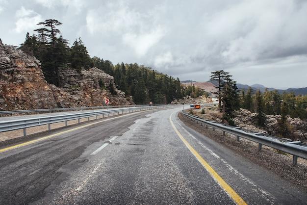 Bella strada panoramica in montagna. gite in auto su asfalto surf