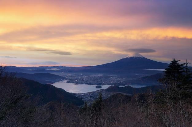Bellissimo paesaggio panoramico della montagna fuji all'alba di durin, giappone