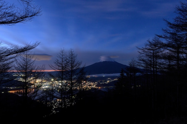 Bellissimo paesaggio panoramico della montagna fuji di notte, giappone