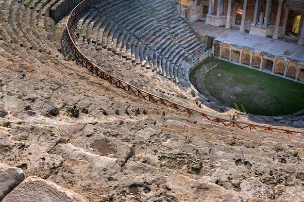 Bella vista panoramica delle rovine dell'antico anfiteatro di hierapolis, in turchia. messa a fuoco selettiva