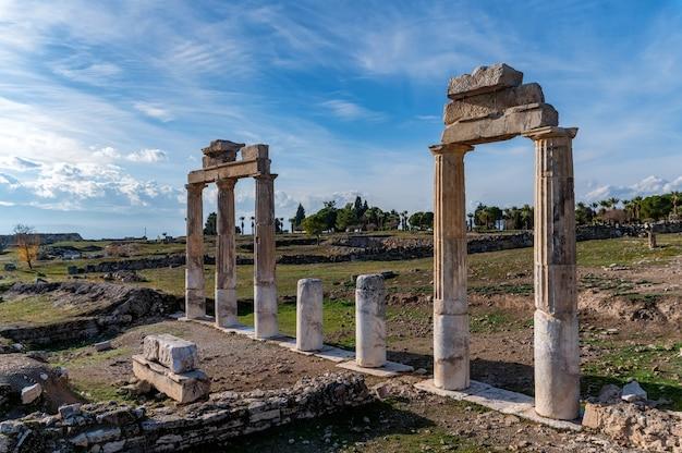 Bella vista panoramica delle rovine dell'antica città di hierapolis in turchia
