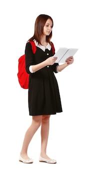 Bella studentessa con il libro di lettura dello zainetto su bianco