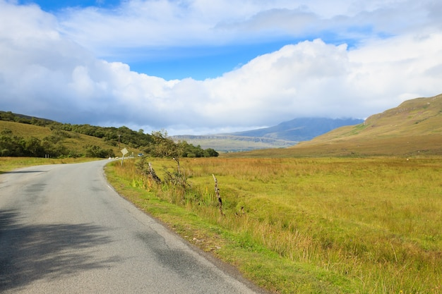 Bellissimo panorama scozzese dalla regione delle highlands. destinazione di viaggio in scozia