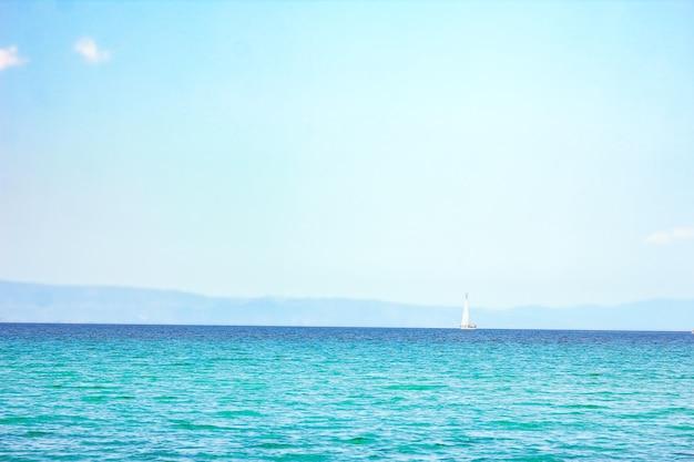 Bellissimo mare della grecia sulla costa