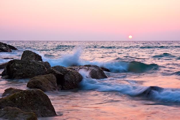 Bellissimo sfondo del tramonto sul mare