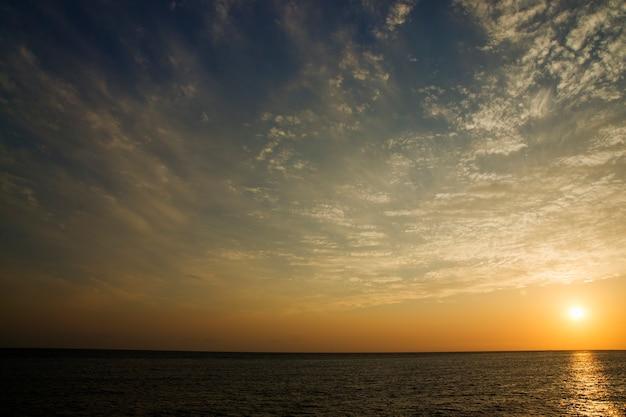 Bellissimo tramonto sul mare cielo azzurro e nuvole