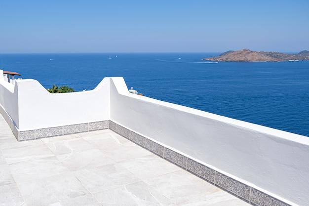 Bella vista sul mare dal balcone della terrazza bianca