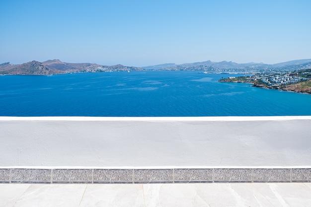 Bella vista mare dal balcone della terrazza bianca