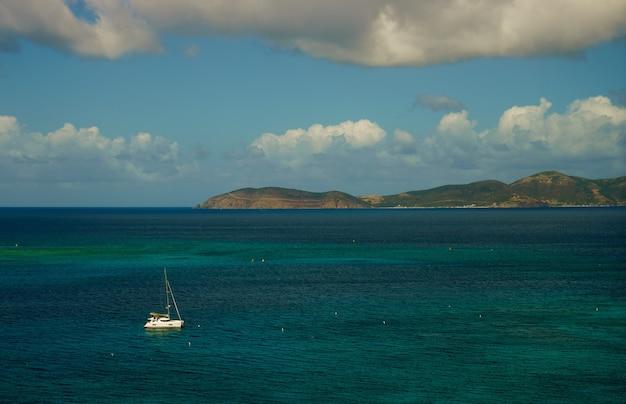 Bellissimo mare con barche a vela yacht e piccola isola sullo sfondo.