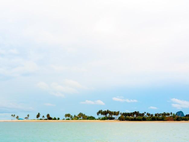 Bellissimo sfondo estivo marino in stile minimale con molte palme sulla spiaggia di sabbia, mare e il vasto sfondo del cielo in una giornata di sole a koh yao yai in thailandia.