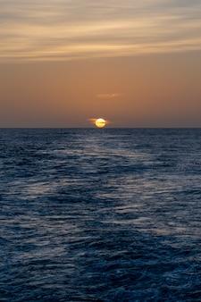 Bellissimo paesaggio marino - onde e cielo con nuvole con una bella illuminazione. ora d'oro. tramonto in mare.