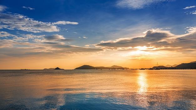 Bellissimo paesaggio marino con cielo colorato al tramonto