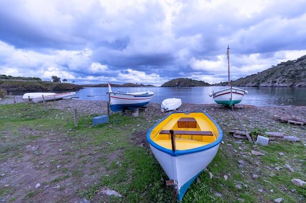 Bella vista sul mare con barche colorate da pesca sotto il cielo drammatico.