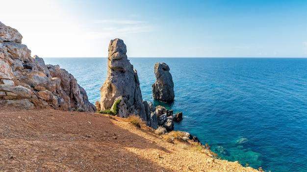 Bella vista sul mare con rocce che spuntano dal mare