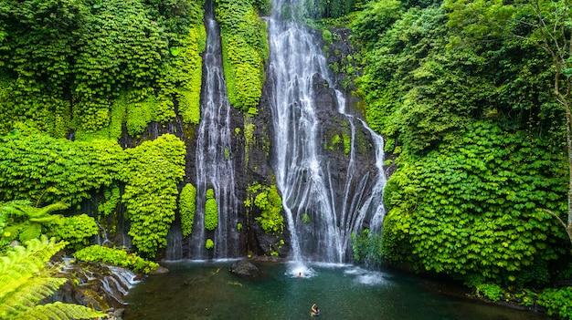 Bella la cascata di sekumpul a bali, in indonesia
