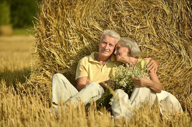 Bella coppia di anziani in un campo estivo