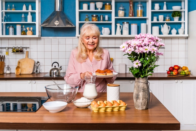 Bella donna senior cottura in cucina