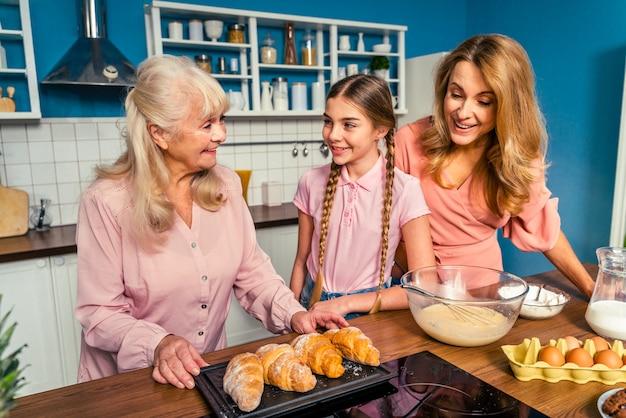 Bella donna senior e famiglia bakin in cucina