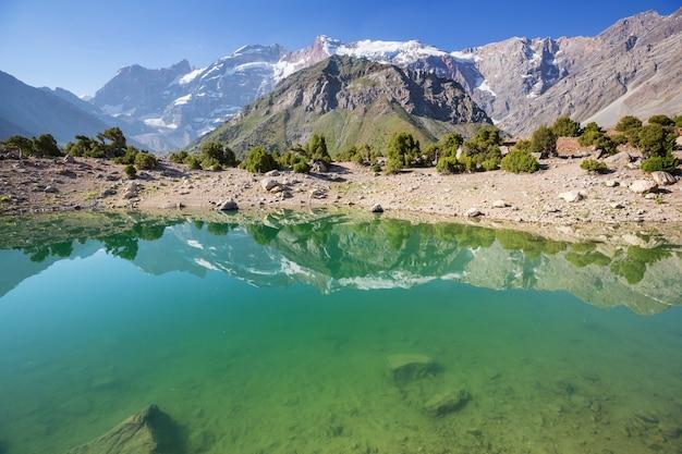 Bellissimo lago sereno nelle montagne fanns (ramo del pamir) in tagikistan.
