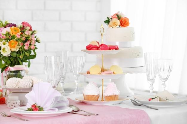 Bellissimo tavolo servito per matrimoni o altre celebrazioni nel ristorante