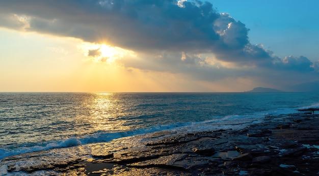 Splendido tramonto sul mare mediterraneo a mahmutlar, turchia