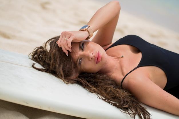 Bella ragazza sexy surfista sulla spiaggia
