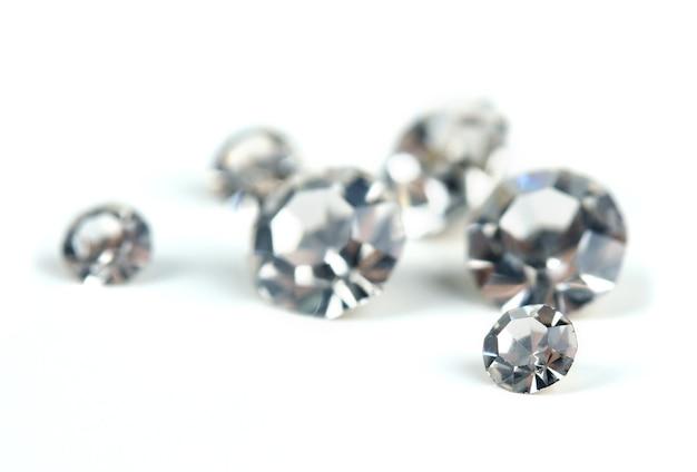Bellissimi cristalli brillanti (diamanti), isolati su bianco