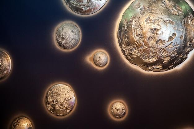 Bellissimi pianeti decorativi lucidi su sfondo blu muro