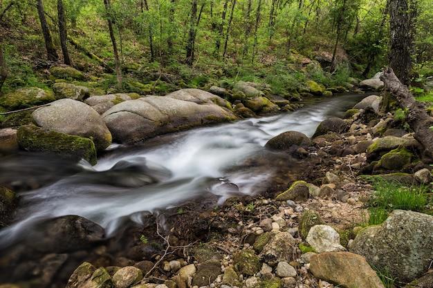 Bello scatto dell'acqua che scorre nel fiume a jaraiz de la vera, caceres, estremadura, spagna