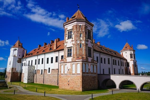 Bellissimo scatto di un complesso del castello di mir a mir, in bielorussia