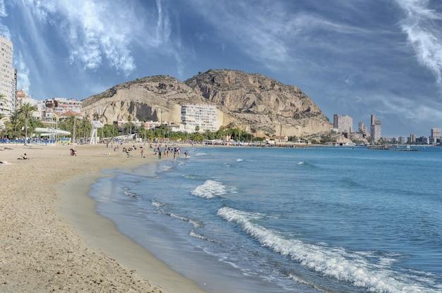 Bella ripresa della vista dalla spiaggia di postiguet in spagna
