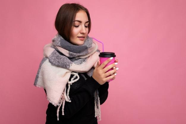 Bella giovane donna castana triste malata che porta maglione nero e sciarpa calda