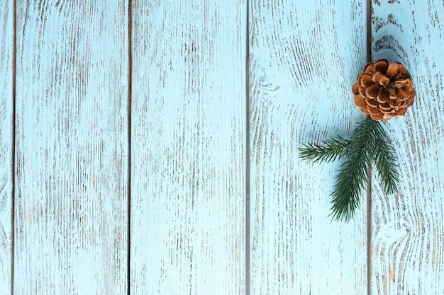 Bellissimo sfondo invernale semplice con pigna su legno
