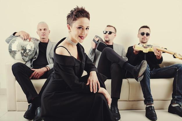 Bella cantante e il suo gruppo musicale