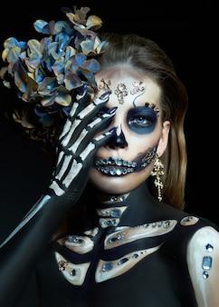 Bella donna scheletro con il trucco di halloween