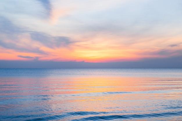 Bel cielo al tramonto sulla spiaggia