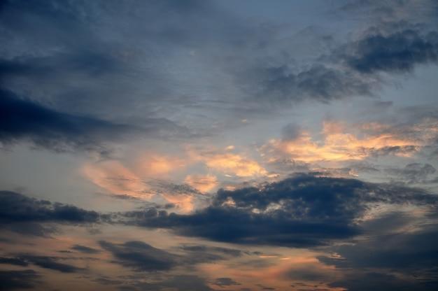 Bel cielo al tramonto in estate.
