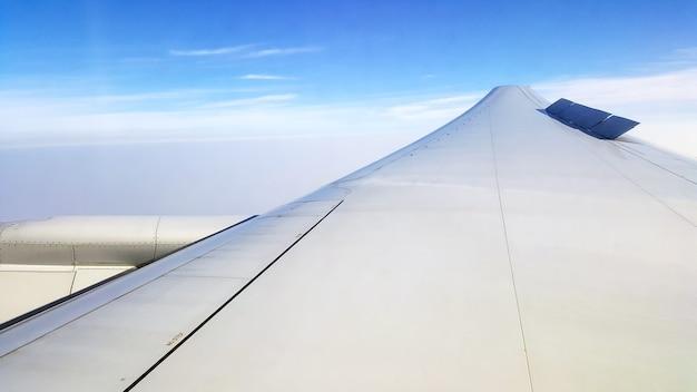Bella vista del cielo dal finestrino dell'aereo