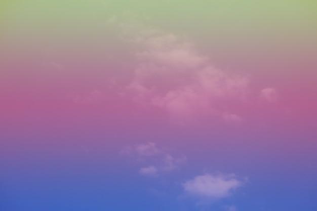 Bel cielo con nuvole colorate.