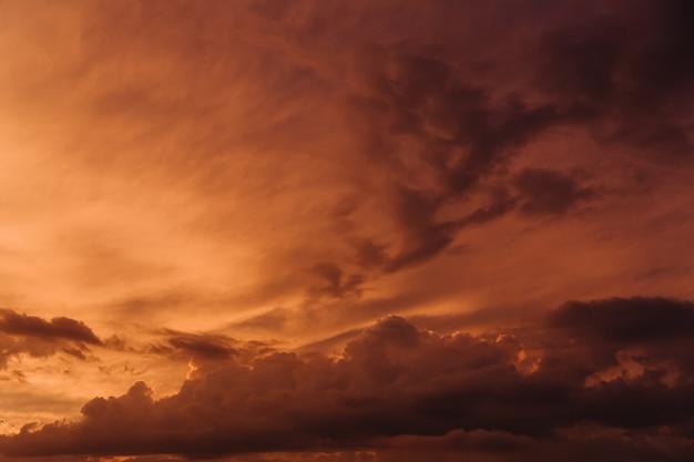 Bel cielo con nuvole arancioni nel cielo al tramonto