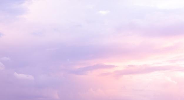 Bel cielo con colore viola e blu. sole del mattino attraverso il cielo azzurro ..