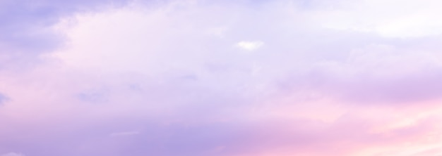 Bel cielo con luce solare morbida in rosa e viola. panorama del bel cielo ..