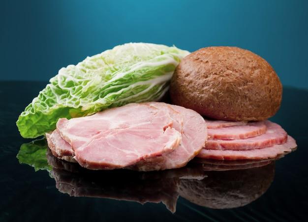 Bella disposizione di cibo a fette di carne, pane e verdure