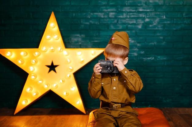 Bello ragazzo sorridente che tiene una macchina fotografica. giovane fotografo.