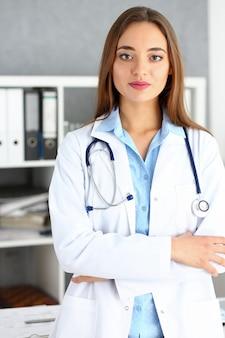 Bello supporto femminile sorridente del medico nel ritratto dell'ufficio