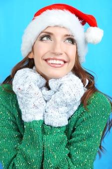 Bella ragazza sorridente in cappello di babbo natale