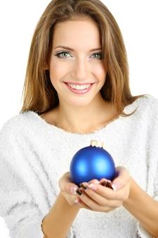 Bella ragazza sorridente con il giocattolo di natale isolato su bianco